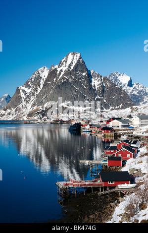Vista del villaggio di Reine in Moskenes nelle Isole Lofoten in Norvegia in inverno 2010 Foto Stock