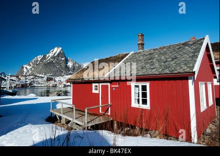 Tradizionale in legno rosso Rorbu Fisherman's capanna nel villaggio di Reine nelle Isole Lofoten in Norvegia Foto Stock