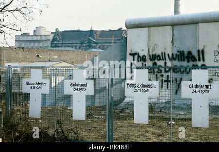 Muro di Berlino, Berlino, Germania mostra memorial croci per le persone uccise nel tentativo di fuggire da Berlino Foto Stock