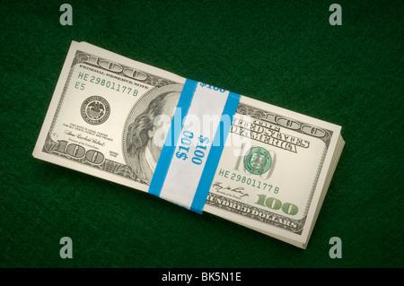 Pile di denaro su verde Foto Stock
