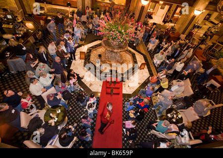 Parata giornaliera di anatre attraverso la lobby del Peabody hotel di Memphis, Tennessee Foto Stock
