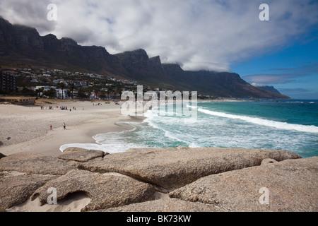 Vista panoramica della spiaggia di Camps Bay nei pressi di Città del Capo, Sud Africa, con dodici Apostels Foto Stock