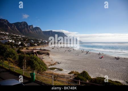 Vista panoramica della spiaggia di Camps Bay nei pressi di Città del Capo, Sud Africa Foto Stock