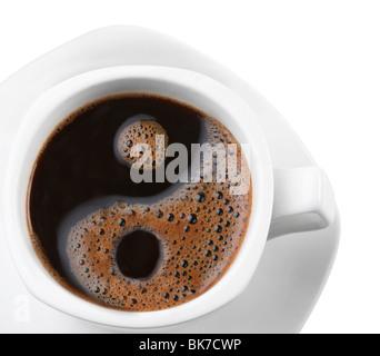 Schiuma in una tazza di caffè come un simbolo di yin yang Foto Stock