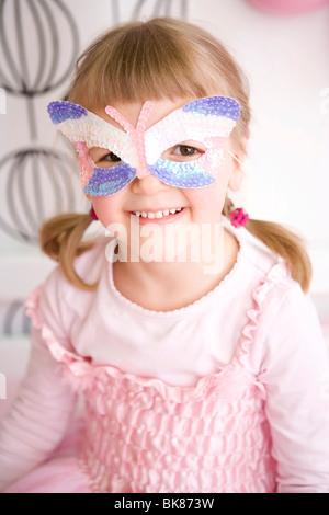 e40ae89619e7 ... Ragazza nella sua camera da letto vestito come una principessa Foto  Stock
