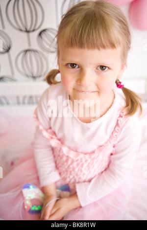 59e95c897ba4 Ragazza nella sua camera da letto vestito come una principessa Foto Stock