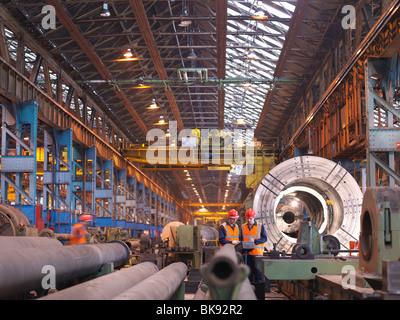 Ingegneri nella fabbrica di acciaio con il tornio Foto Stock
