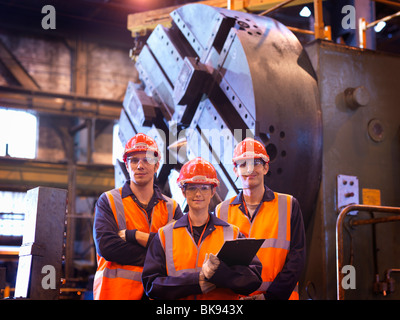Gli ingegneri di acciaio nella parte anteriore del tornio Foto Stock
