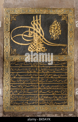 TUGRA (Sultanic cipher)sul gate di Salutation(Bâb-us Selam ),ingresso al secondo cortile del palazzo Topkapı,a Istanbul Foto Stock