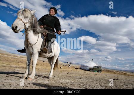 Uomo nomade di fronte al suo ger (yurt o feltro tenda) nei pressi di Tavan Bogd National Park, Mongolia occidentale. Foto Stock