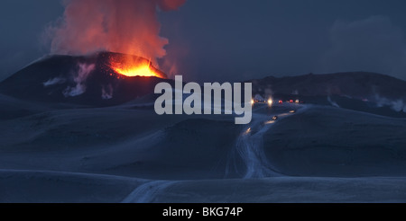 Il fuoco e il ghiaccio-eruzione del vulcano in Islanda a Fimmvorduhals, una cresta tra il ghiacciaio Eyjafjallajokull e il Ghiacciaio Myrdalsjokull.