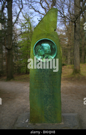 John Ruskin monumento sulla rupe Frier Derwent Water Foto Stock