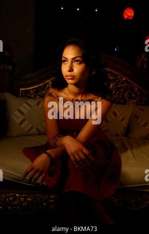 Ritratto di donna dipinta con moderno design henné sulle sue spalle. Foto Stock