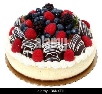 Cheesecake guarnita con frutti di bosco freschi e cioccolato fragole immerse. Foto Stock