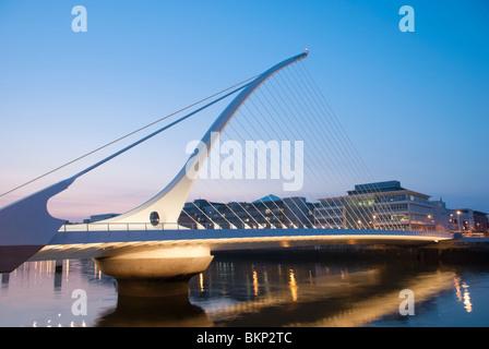 Il Samuel Beckett Bridge di notte.