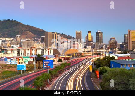 La mattina presto vista del traffico su percorsi Eastern Boulevard che conduce nella città di Cape Town, Sud Africa. Foto Stock