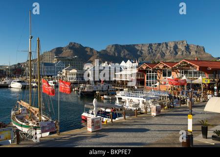 La mattina presto vista del litorale di Cape Town con Table Mountain in background. Foto Stock