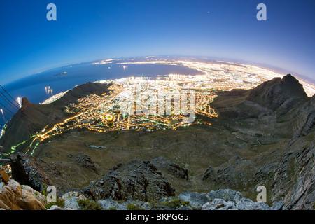 Notte di Luna, vista di Città del Capo dalla vetta della montagna della tavola in Sud Africa. Foto Stock