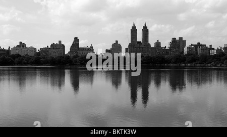 Skyline di New York si riflette nel Central Park Lake. Foto Stock