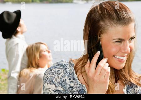 Ragazza parlando in cellulare Foto Stock