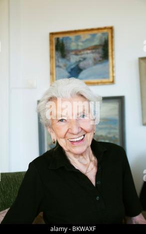 Donna anziana in appartamento Foto Stock