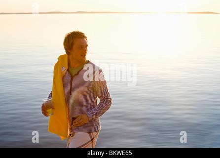 Uomo a camminare sulla spiaggia Foto Stock