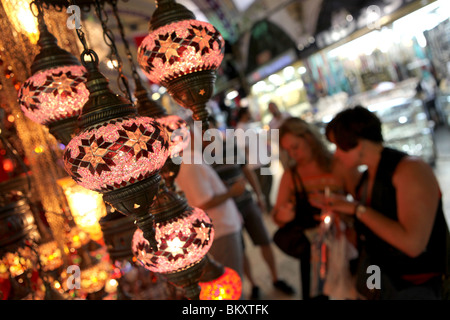 Lanterne colorate sul display al Grand Bazaar nella zona centrale di Istanbul, Turchia in Europa. Foto Stock