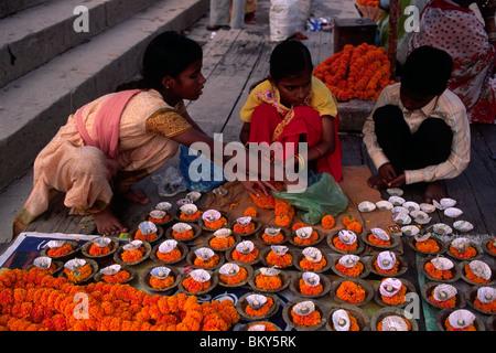 India, Varanasi, kartik purnima festival, i bambini la preparazione di candele Foto Stock