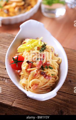 Ciotola di spaghetti con pancetta, cipolla e uova Foto Stock