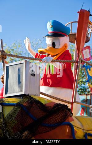Donald Duck corse carattere galleggiante in Jammin' Jungle Parade presso il Regno degli Animali di Disney in Orlando Foto Stock