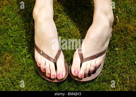 Close up dei piedi in flip flop Foto Stock