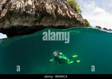 Scuba Diver in poco profonda, Raja Ampat, Papua occidentale, in Indonesia Foto Stock