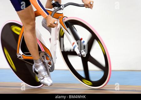 Dettaglio del ciclista racing sulla pista del velodromo Foto Stock