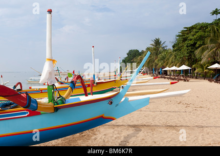 Outrigger tradizionali barche da pesca di Sanur, Bali, Indonesia Foto Stock