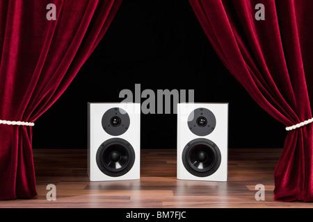 Due altoparlanti audio su un palcoscenico teatrale