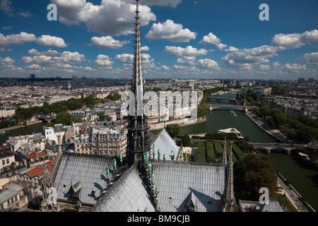 Spettacolare vista aerea di Parigi dal di sopra Notre Dame guardando attraverso la cattedrale gotica guglia e tetto Foto Stock
