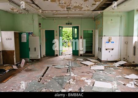 Soggetto ad atti vandalici cucina in una scuola abbandonata Foto Stock