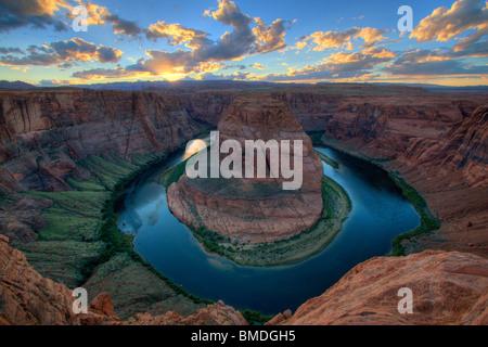 Curva a ferro di cavallo vicino page Arizona, dove il Fiume Colorado scorre in un profondo canyon circolare, al tramonto
