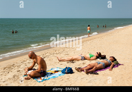 India Kerala, Vypeen Isola, Cherai Beach sunbather occidentale Foto Stock