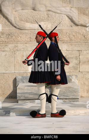 Le protezioni note come evzones marciare davanti la tomba del Soldato sconosciuto, Atene, Grecia Foto Stock