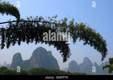 Paesaggio rurale di Yangshuo town periferia, provincia di Guangxi, area di Guilin, Cina Foto Stock