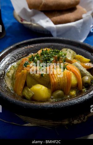 Tajine, o tagine, un tipo di pentole e piatto tradizionale, che è comune con cucina Marocchina, come si vede qui a Marrakech.