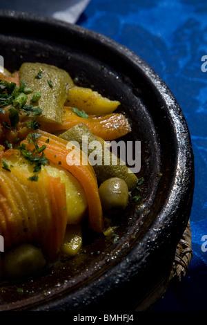 Tajine, o tagine, un tipo di pentole e piatto tradizionale, che è comune con cucina Marocchina, come si vede qui Foto Stock