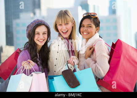 Giovani donne con le borse della spesa