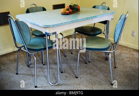 Un moderno dinner set, tavolo e sedie in una casa sulla spiaggia da anni cinquanta ('50s house o 50's casa) Auckland, Foto Stock