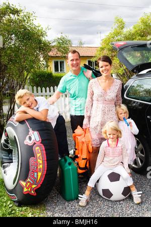 La grande famiglia in piedi al di fuori Foto Stock