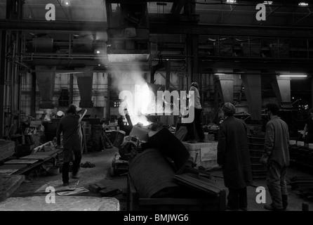 Metallo fuso versando in un paese nero fonderia di ferro, West Midlands, Inghilterra Foto Stock