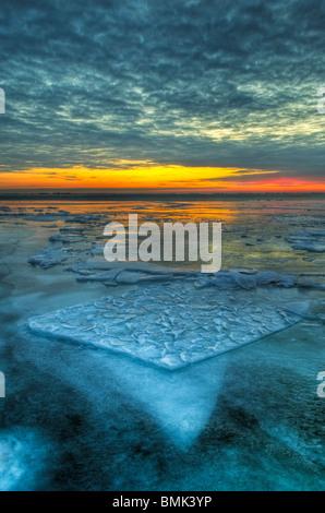 Il drammatico paesaggio di un lago ghiacciato di St Clair in mattina presto al crepuscolo Foto Stock