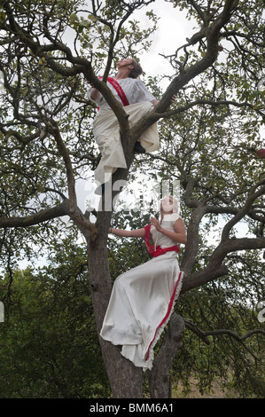 Due clima suffragettes Rush in lunghi vestiti bianchi albero