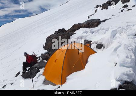 L'alpinista nel campo base avanzato (ABC) sul versante della montagna, Mt. Elbrus, montagne del Caucaso, Russia Foto Stock